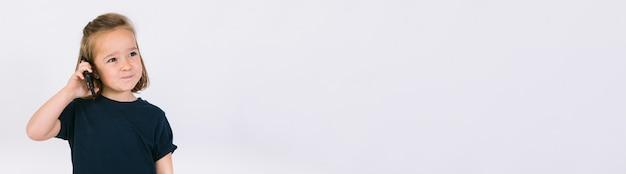 Девушка разговаривает с мобильным телефоном. горизонтальный фото-баннер для дизайна заголовка сайта