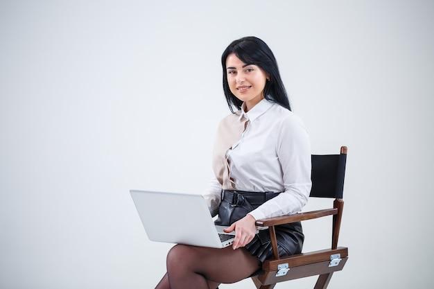 여자 교사, 사업가는 노트북에서 새로운 프로젝트를 공부하고 있습니다. 근무일 개념