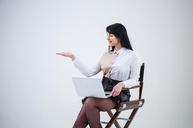 Девушка-учитель, бизнесмен изучает новый проект на ноутбуке. концепция рабочего дня