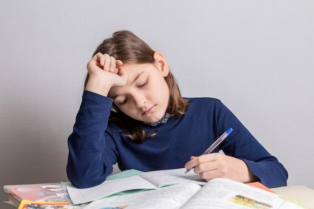 Девочка преподает уроки.