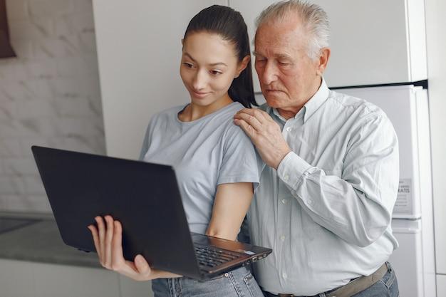할아버지는 노트북을 사용하는 방법을 가르치는 소녀