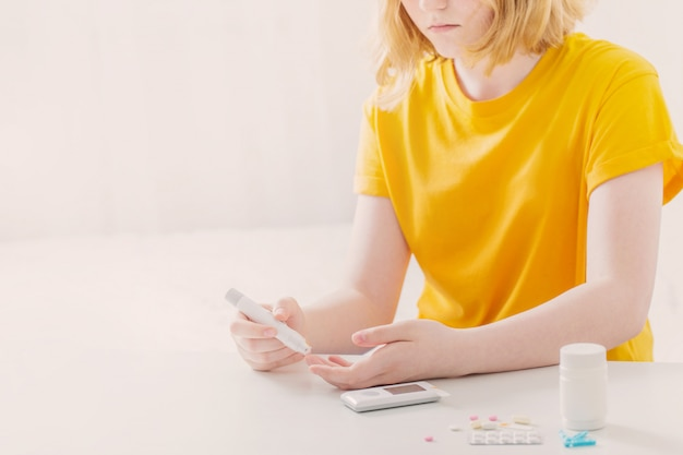 10代の少女は血糖値を測定します