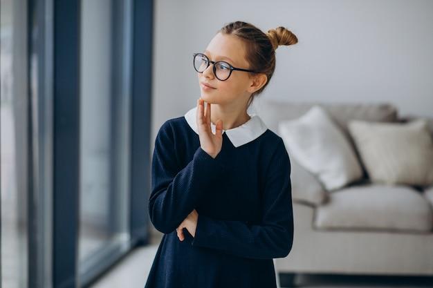 Ragazza adolescente in uniforme scolastica