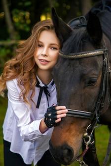 Девочка подросток с лошадью