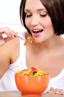 菜食主義者が野菜を食べる少女