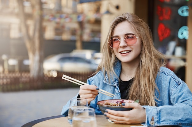 何に答えるかを考え、アジアの味について意見を述べる女の子
