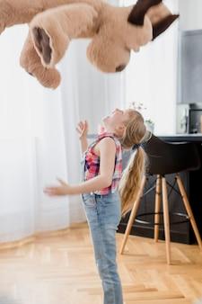 Девушка бросает игрушку