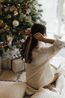 女の子は彼女の髪にテープを結ぶ