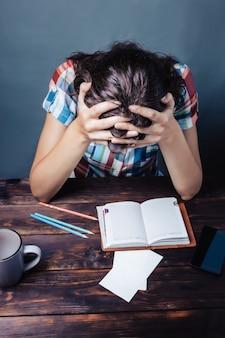 女の子の疲れた学生が眠りに落ちる、勉強会