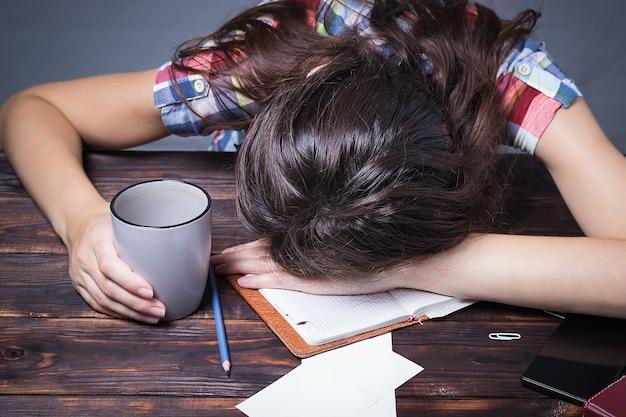 Девушка усталая студентка засыпает, учебная сессия