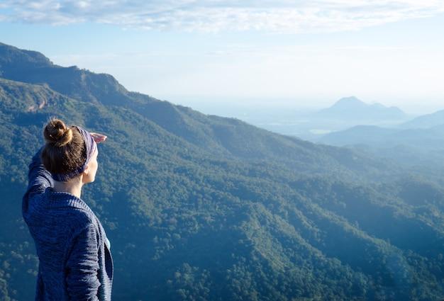 스리랑카에서 산 꼭대기에서 여자 관광