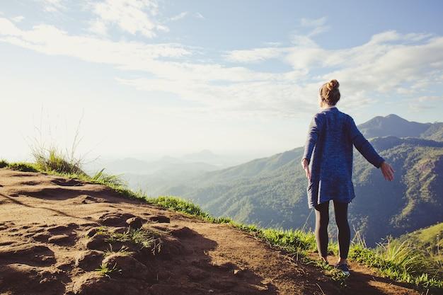 스리랑카, 새벽의 광선에 산 꼭대기에서 소녀 관광