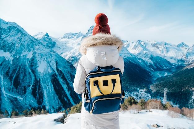 여자 관광 산에서 산책. 배낭 여행.