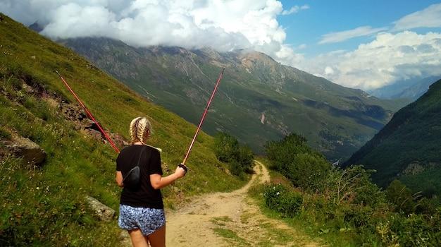 女の子の観光客が山を歩く