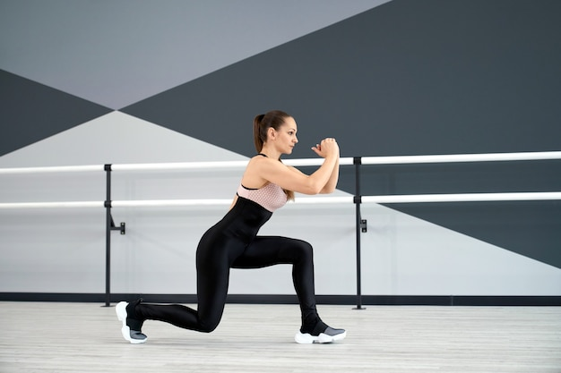 ダンスホールで脚を訓練する女の子