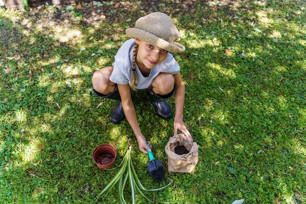 根を移植する少女