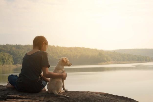 女の子と犬の旅行