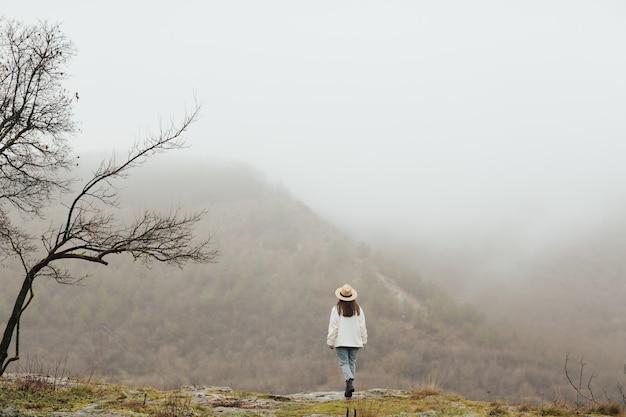 놀라운 볼 수있는 산 꼭대기에 여자 여행자. 분위기있는 순간.
