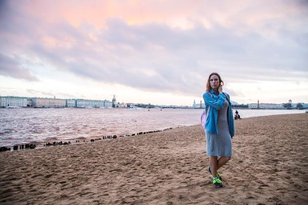 ロシアの夏にサンクトペテルブルクに旅行する女の子