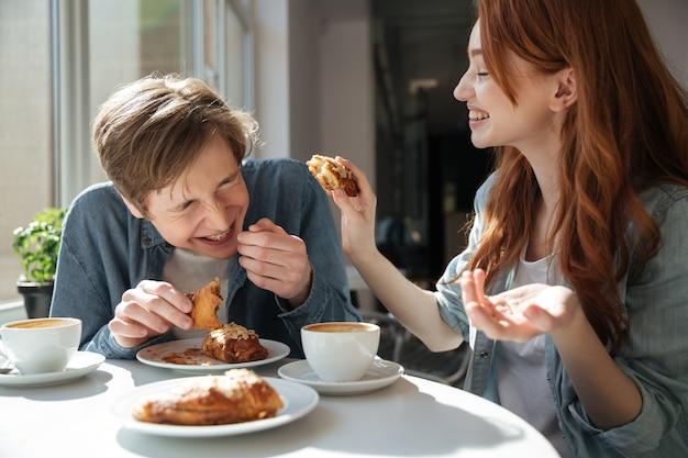 Девушка пытается накормить своего парня