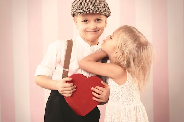 彼女のボーイフレンドにキスしようとしている女の子