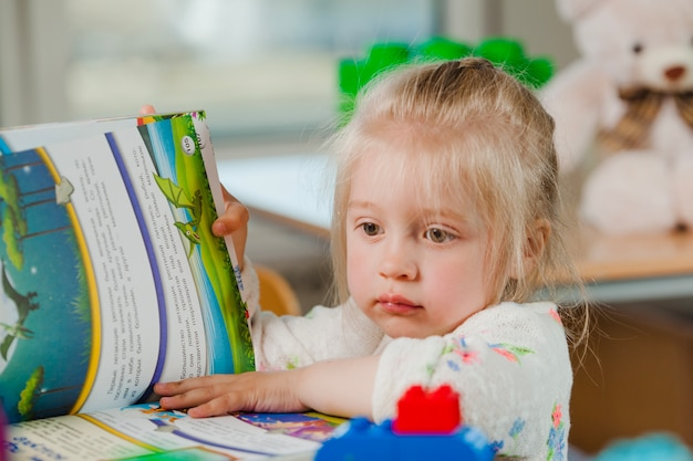 Девушка превращает книгу