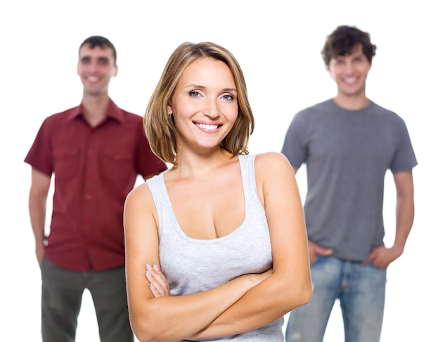 La ragazza e due giovani uomini isolati su bianco