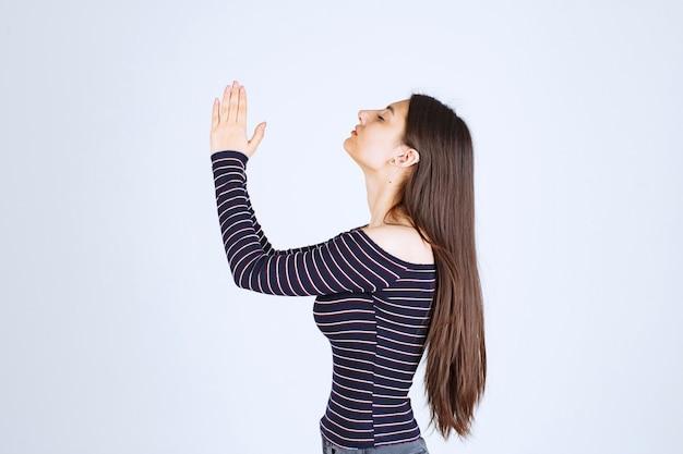 手を合わせて祈る少女。