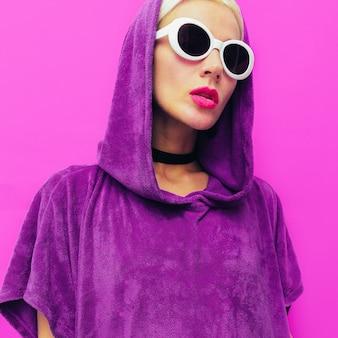 Девочка. городской минималистичный стиль. толстовка и модные очки