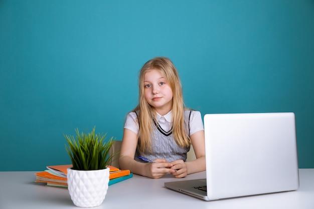 Девушка, использующая портативный компьютер в школе