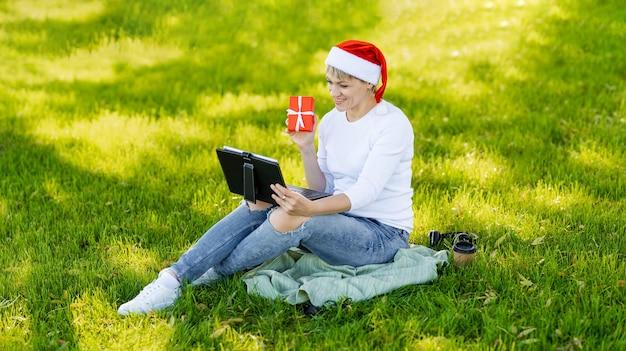 여자 아이 디지털 태블릿을 사용하고 야외에서 휴대용 컴퓨터에서 작업