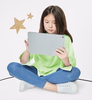Девушка с помощью цифрового планшета в студии