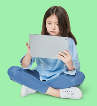 Девушка с помощью цифрового планшета