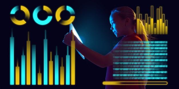 経済学の学習概念として、インターフェイスの最新技術、デジタルレイヤーパネル、アイコンを使用している女の子。危機とパンデミック、ビジネス戦略の間、世界の財政状態で状況を分析します。