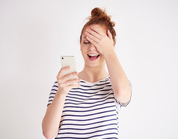 携帯電話を使用して笑っている女の子