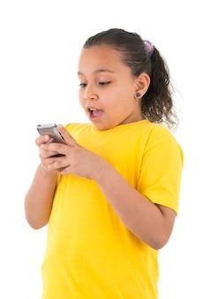 Девушка с помощью мобильного телефона удивлена