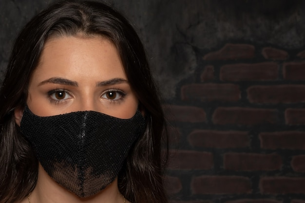 保護マスクを使用している女の子