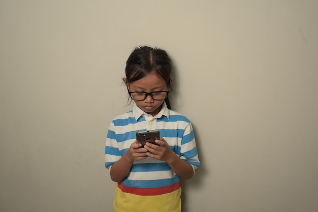 스마트폰을 사용하고 스마트한 얼굴 사고에 자신감 있는 표정으로 화면을 바라보는 소녀