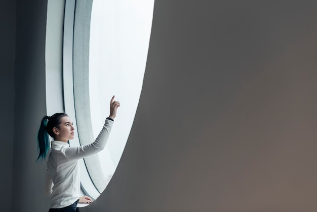 Девушка с помощью сенсорного экрана в современном умном доме