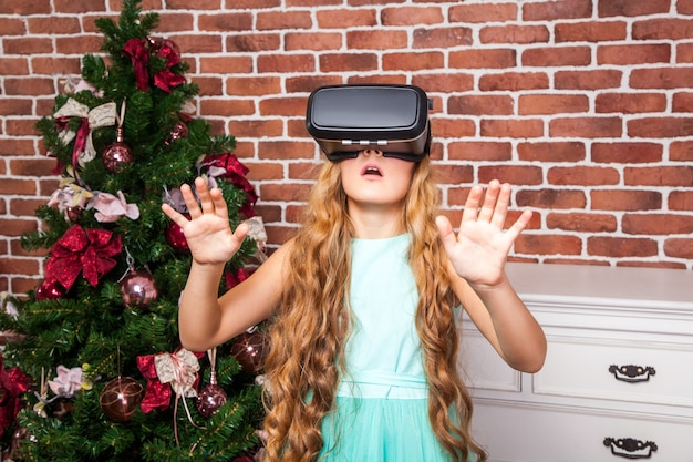 새해 휴일에 가상 현실 헤드셋을 사용하는 소녀