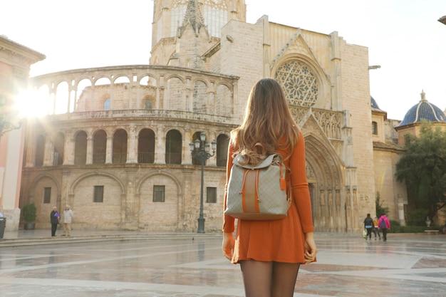 晴れた日、スペインのバレンシア大聖堂を訪れる少女