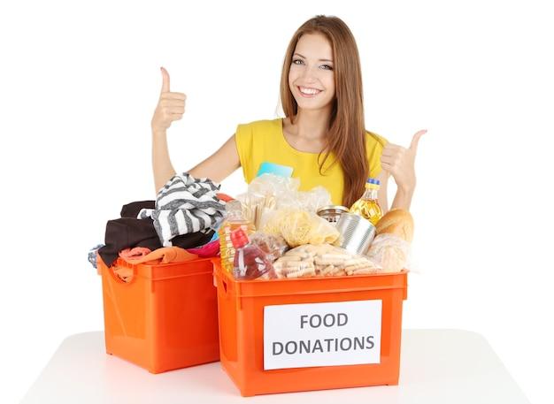 白で隔離される寄付箱を持つ少女ボランティア