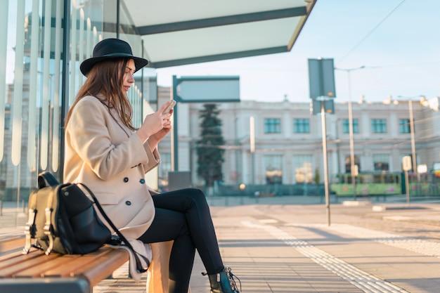 バスを待っている女の子