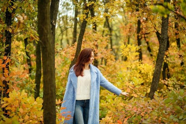 Девушка гуляет в осеннем парке.