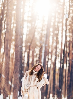 雪の中を歩く女の子。冬、寒さと人々の概念