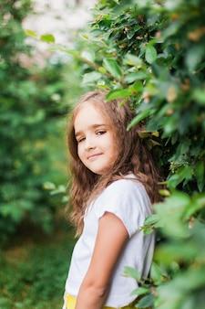정원, 녹색 식물, 관목, 초상화, 녹지, 나무, 여름과 봄, 아름다움, 반바지와 티셔츠, 학교에서 휴가를 걷는 소녀