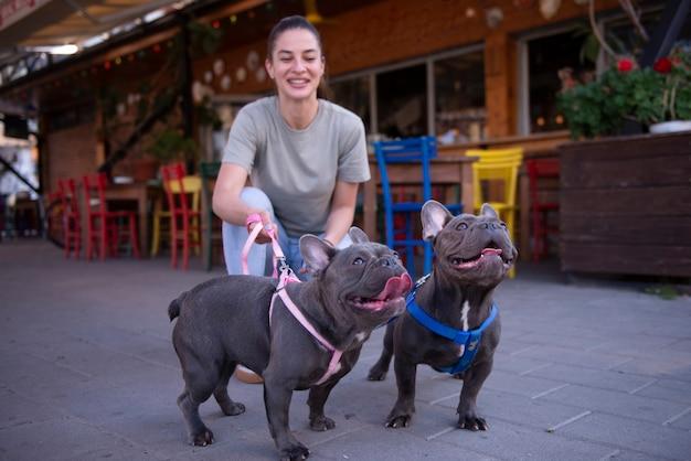 Девушка гуляет с собаками на улице