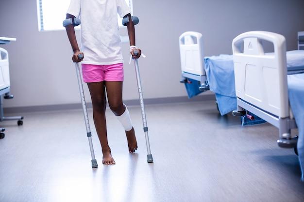 区に松葉杖で歩く女の子