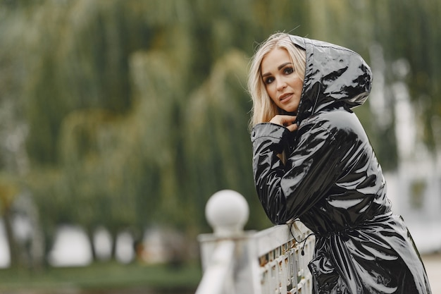 女の子が歩きます。黒いコートを着た女性。
