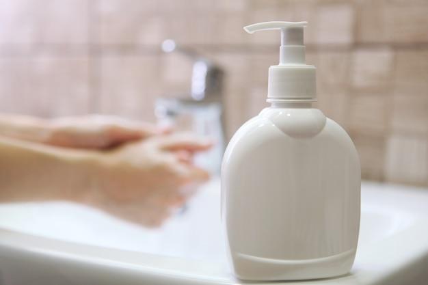 소녀는 비누 위생과 손의 청결로 손을 씻는다